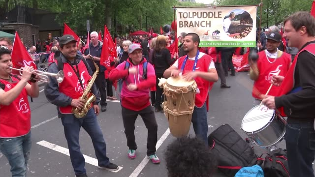 rally in london demands 'new deal' for workers and public services; england: london: ext group of protesters playing musical instruments sot... - 労働組合会議点の映像素材/bロール