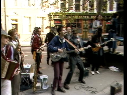 vidéos et rushes de london/ ext/ marchers as they walk along/ punks march along with spiky hairdos/ vox pops / hare krishna members play instruments and dance on march... - punk