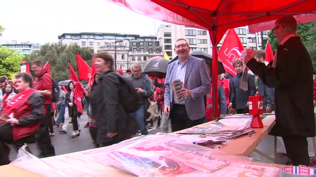 gvs and march to hyde park; england: london: hyde park: rain various of unite the union protesters along with flags / len mccluskey along / various... - 労働組合会議点の映像素材/bロール