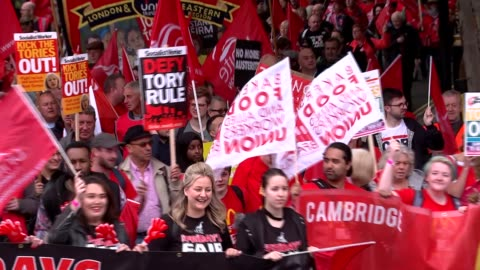 gvs and march to hyde park; england: london: len mccluskey along greeted by protesters / people along with large banner / unite the union flags and... - 労働組合会議点の映像素材/bロール