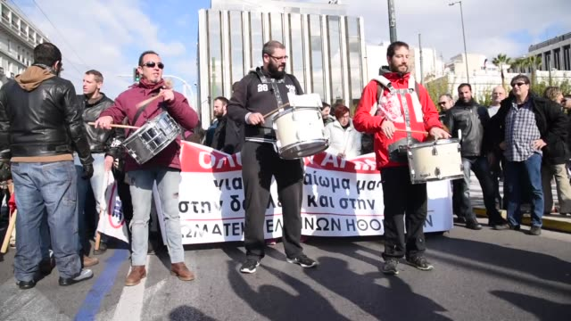 vidéos et rushes de rally of pame the communistic worker's union of greece in athens greece on december 8 2016 - athens greece