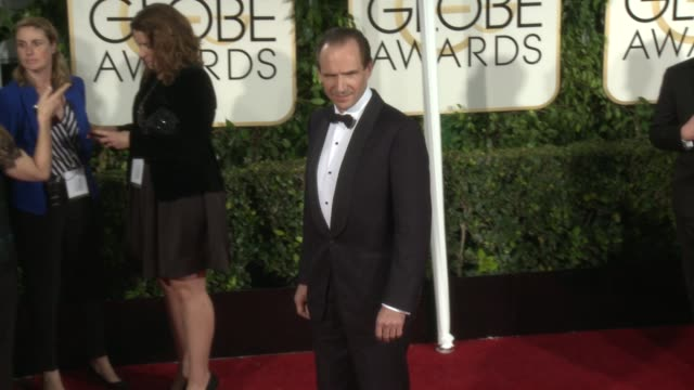 vidéos et rushes de ralph fiennes at the 72nd annual golden globe awards - arrivals at the beverly hilton hotel on january 11, 2015 in beverly hills, california. - the beverly hilton hotel