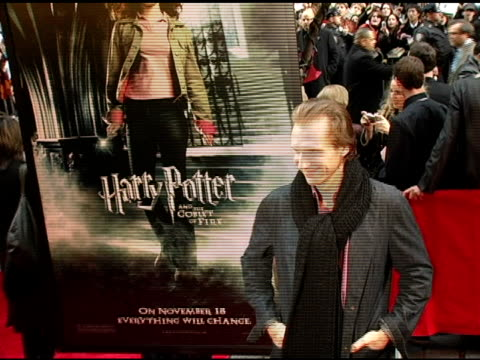 ralph fiennes at the 'harry potter and the goblet of fire' new york premiere arrivals at the ziegfeld theatre in new york, new york on november 12,... - レイフ・ファインズ点の映像素材/bロール