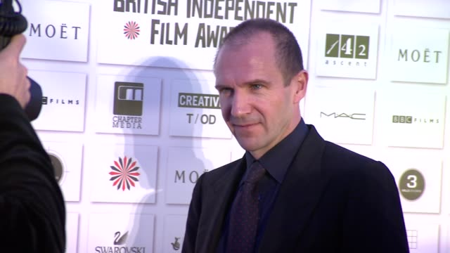 ralph fiennes at the moet british independent film awards at london england. - レイフ・ファインズ点の映像素材/bロール