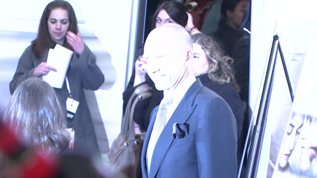 ralph fiennes at the 'the reader' new york premiere at new york ny. - レイフ・ファインズ点の映像素材/bロール