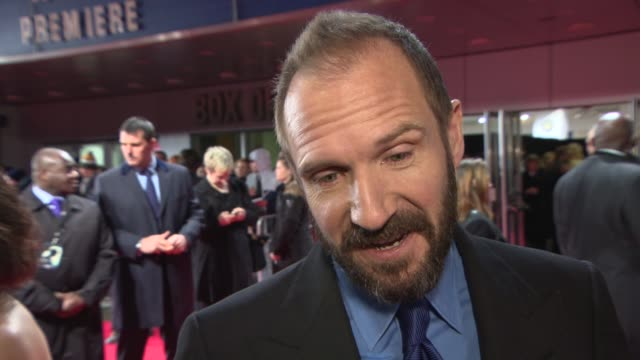 ralph fiennes on charles dickens, being a director/actor, working with wes anderson, waiting for the next james bond script at 'the invisible woman'... - レイフ・ファインズ点の映像素材/bロール