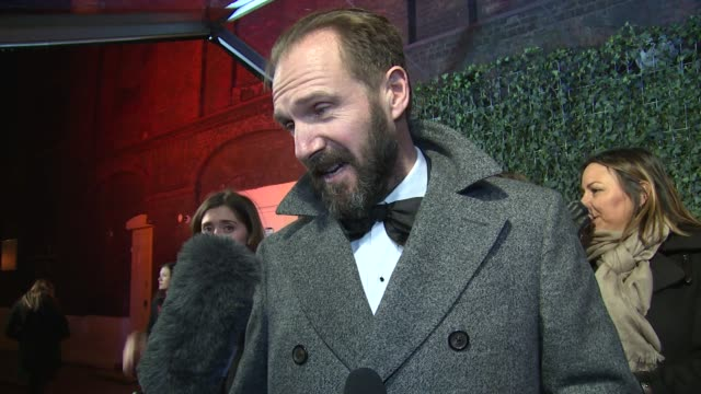 ralph fiennes on current work, benedict cumberbatch and the awards at the old vic theatre on november 22, 2015 in london, england. - レイフ・ファインズ点の映像素材/bロール