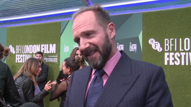 ralph fiennes on rudolf nureyev and other russian artists on october 18, 2018 in london, england. - レイフ・ファインズ点の映像素材/bロール