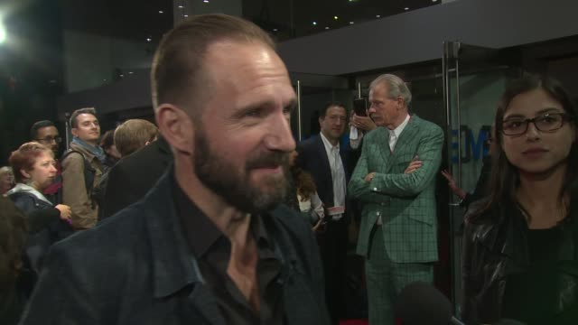 ralph fiennes on tilda swinton at odeon leicester square on october 09, 2015 in london, england. - レイフ・ファインズ点の映像素材/bロール