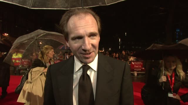 """ralph fiennes on working with the cast, the characters, being cast as magiwitch, how it's a modern story at """"great expectation"""" premiere: 56th bfi... - レイフ・ファインズ点の映像素材/bロール"""