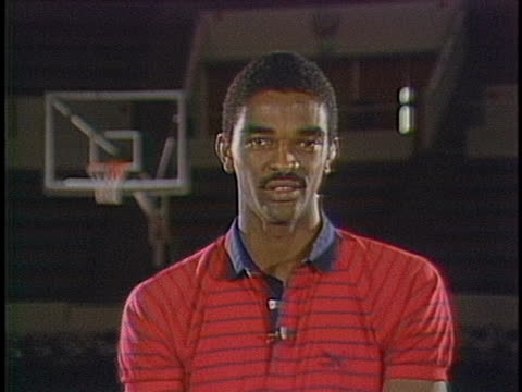 stockvideo's en b-roll-footage met ralph sampson talks about how he prepares mentally for every virginia university basketball game. - sport