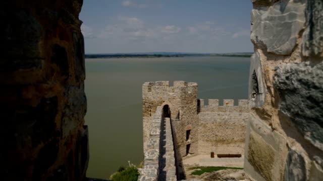 fortezza ram sul danubio, bella fortezza medievale in serbia - nave video stock e b–roll