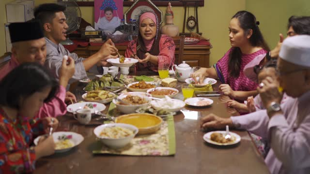 vídeos y material grabado en eventos de stock de ramadan hari raya familia musulmana de varias generaciones musulmana disfrutando de la cena en casa en el comedor - malaysian culture