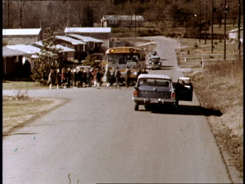 vidéos et rushes de rambler station wagon pulls up to a suburban intersection with a waiting school bus / two boys climb out of the car and wave to mom as they run over... - santé et sécurité au travail