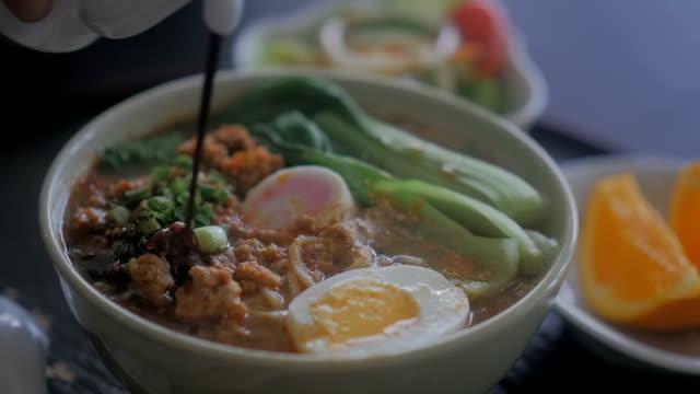ramen noodles, slow motion - ramen noodles stock videos & royalty-free footage
