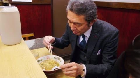 vídeos y material grabado en eventos de stock de tienda de ramen en tokio japón - hombres maduros