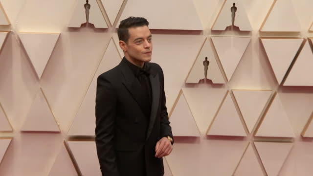 rami malek walking the red carpet at the 92nd annual academy awards at the dolby theater in los angeles, california. - music or celebrities or fashion or film industry or film premiere or youth culture or novelty item or vacations 個影片檔及 b 捲影像