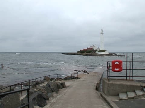 stockvideo's en b-roll-footage met ramp to sea, lighthouse, calm sea - whitley bay