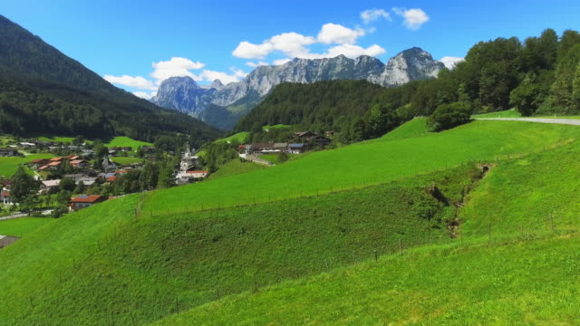 stockvideo's en b-roll-footage met ramsau bergdorp in de beierse alpen - bavarian alps