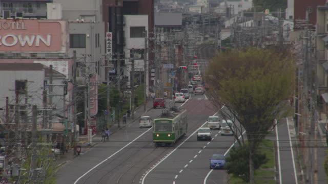 vidéos et rushes de randen tram lines bounding for nishi oji sanjo station - ligne de tramway