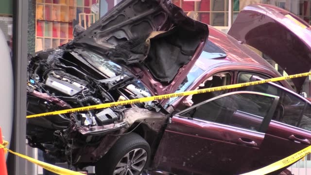vidéos et rushes de random shots from various angles of crashed car in times square - hasard