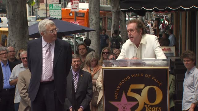 randy newman and eric idle at the randy newman honored with a star on the hollywood walk of fame at hollywood ca. - エリック アイドル点の映像素材/bロール