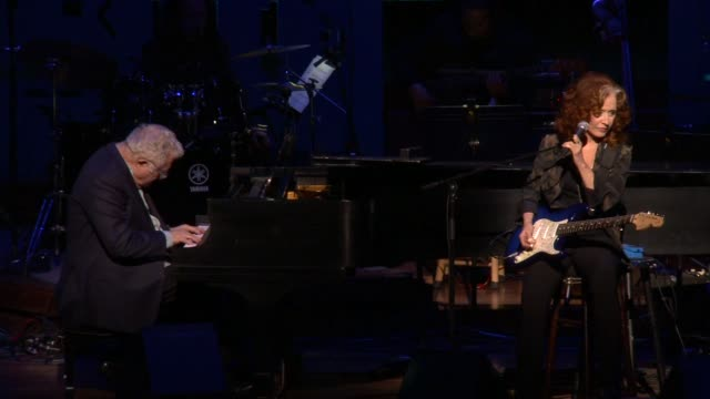 vídeos y material grabado en eventos de stock de randy newman & bonnie raitt at stars come out for the ucsf medical center and the painted turtle's starry evening of music, comedy & surprises on... - randy newman