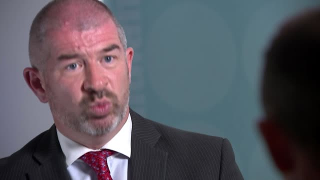 police hunt for suspect continues uk west midlands solihull police officers at scene of murder / detective chief superintendent mark payne interview... - west midlands stock-videos und b-roll-filmmaterial