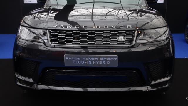 vidéos et rushes de range rover sport plug-in hybrid during cars exhibition and automobile design in paris on february 1, 2019. the latest concept-cars and supercars are... - lampe frontale