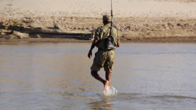 ws ranger crossing river / lukuzi, eastern, zambia - 公園保安官点の映像素材/bロール
