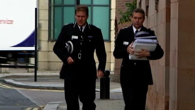 police justify use of taser shotgun newcastleupontyne newcastle crown court assistant chief constable steve ashman along to court - vallgrav bildbanksvideor och videomaterial från bakom kulisserna