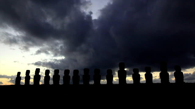nationalpark rapa nui moais in sunrise easter island, chile - stein baumaterial stock-videos und b-roll-filmmaterial
