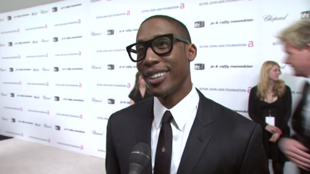raphael saadiq on how he came to be part of the event and rooting for both slumdog millionaire and benjamin button at the 17th annual elton john aids... - raphaël haroche stock videos and b-roll footage
