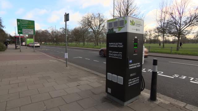 vídeos de stock, filmes e b-roll de rapid electric charging point for electric cars in london street - posto de carregamento de veículos elétricos