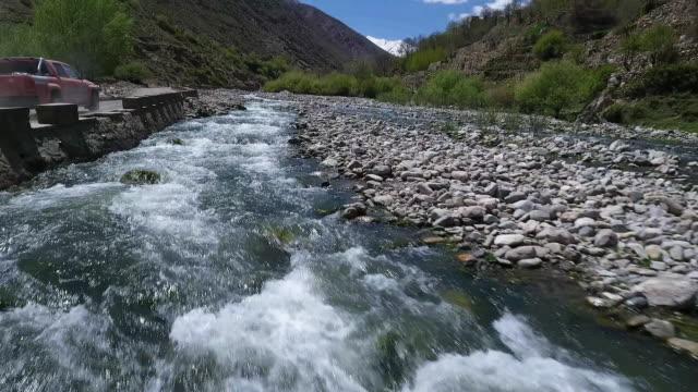 rapid speed aerial over river in desert mountain valley. - kiselsten bildbanksvideor och videomaterial från bakom kulisserna