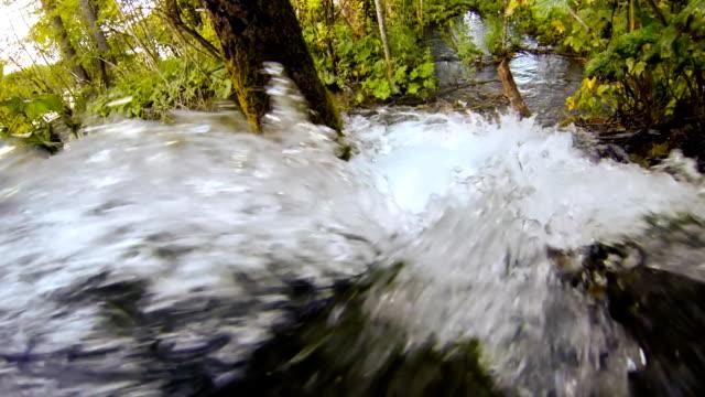 vídeos de stock, filmes e b-roll de slo mo rápida stream - ponto de referência natural