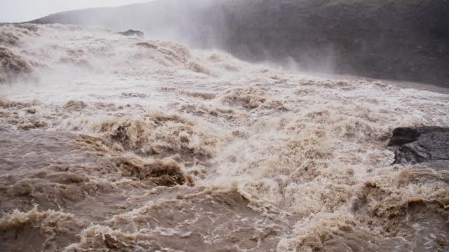 SLO MO stroomversnellingen van de rivier