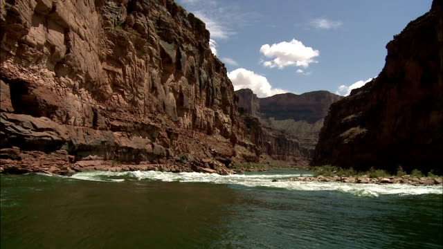 stockvideo's en b-roll-footage met rapids roughen the waters of the colorado river at arizona's grand canyon. - stroomversnelling
