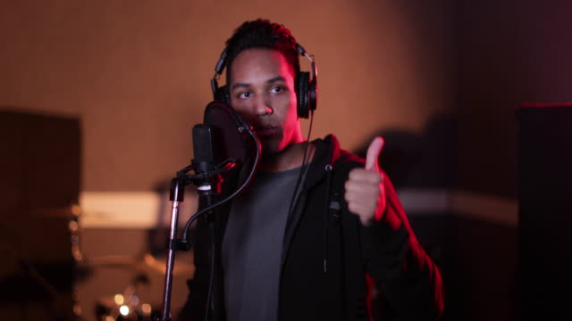 stockvideo's en b-roll-footage met rapper in a music recording studio - zanger