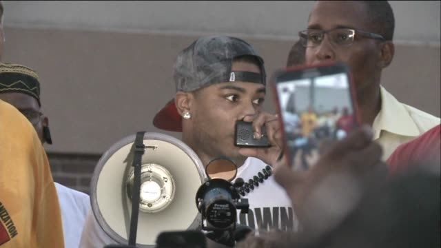 rapper nelly speaks to a crowd after michael brown was shot by a police officer in ferguson, mo. on aug. 18, 2014. - nelly rapper stock-videos und b-roll-filmmaterial
