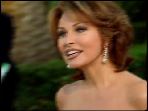stockvideo's en b-roll-footage met raquel welch at the 1998 academy awards vanity fair party at morton's in west hollywood california on march 23 1998 - 70e jaarlijkse academy awards