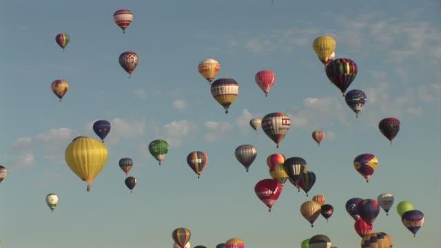 Raras aves tomaron el cielo del noreste de Francia mas de 400 creativos globos aerostaticos participaron esta semana en la 13 ª edicion de la...