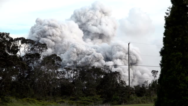 vidéos et rushes de rare explosive eruption of volcanic ash from the summit crater of kilauea volcano in hawaii during the major eruption of 2018 - explosif