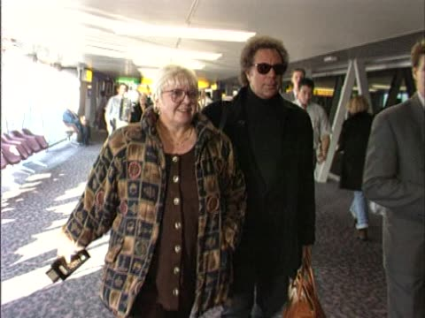 rare video of tom jones and his reclusive wife linda as they walk through heathrow to board a flight to their home in the usa. linda is rarely seen... - gesangskunst stock-videos und b-roll-filmmaterial