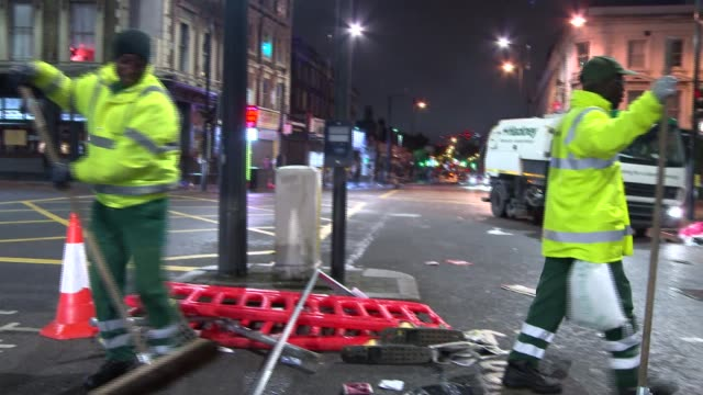 vidéos et rushes de dalston riot aftermath 28 / 2907 2017 overnight england london dalston various of damage and debris in street following dalston 'riot' / clearup... - camion poubelles