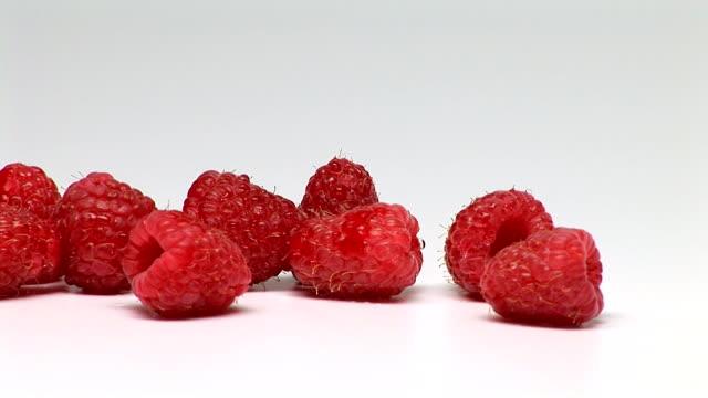 vídeos de stock e filmes b-roll de raspberries - vitamina a