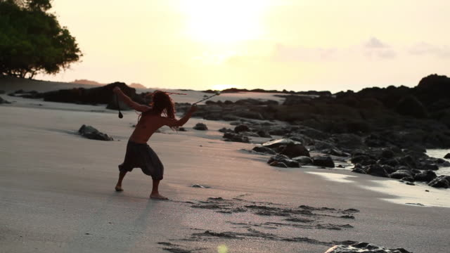 vídeos de stock, filmes e b-roll de ms pan rasta man doing cartwheels spinning poi balls on beach with ocean / montezuma, punteranes, costa rica - kelly mason videos