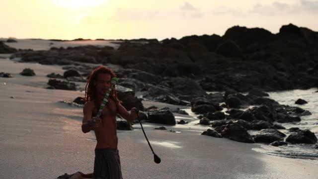 vídeos de stock, filmes e b-roll de ms tu td rasta man doing yoga moves and spinning poi balls on beach with ocean / montezuma, punteranes, costa rica - kelly mason videos
