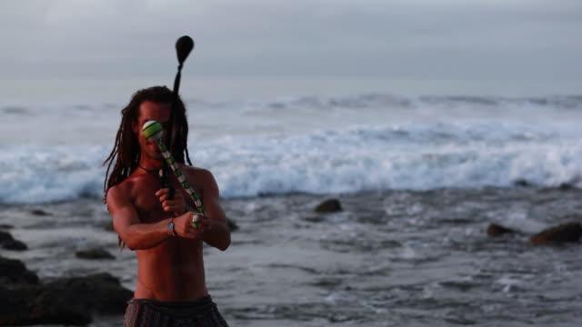vidéos et rushes de ms td tu rasta man spinning poi balls with ocean / montezuma, punteranes, costa rica - kelly mason videos