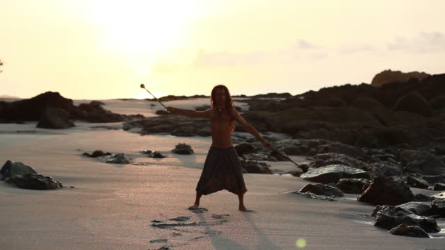 vídeos de stock, filmes e b-roll de ms rasta man spinning wide circles on beach with sunrise and ocean  / montezuma, punteranes, costa rica - kelly mason videos